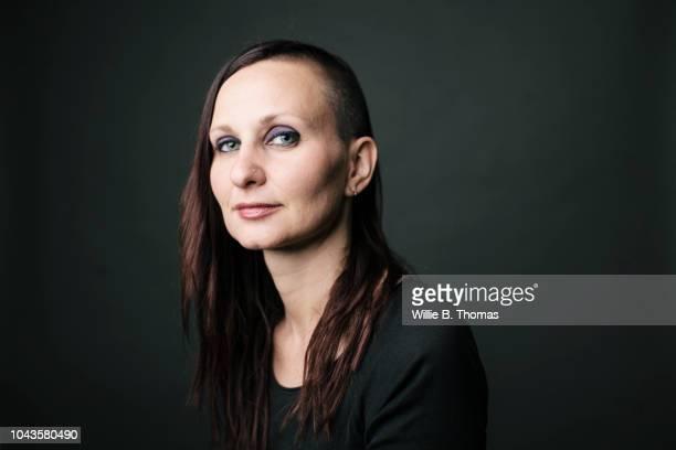 portrait of modern young woman - glattrasiert frau stock-fotos und bilder