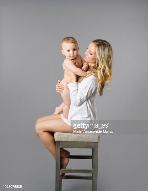 portrait of mother and child - bebe pelado preto e branco - fotografias e filmes do acervo