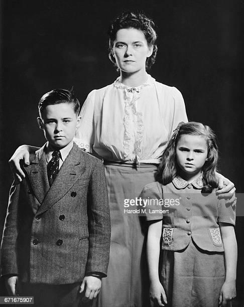 portrait of mother and children  - {{ contactusnotification.cta }} stockfoto's en -beelden
