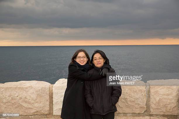 portrait of mother and daughter hugging - jean marc payet photos et images de collection