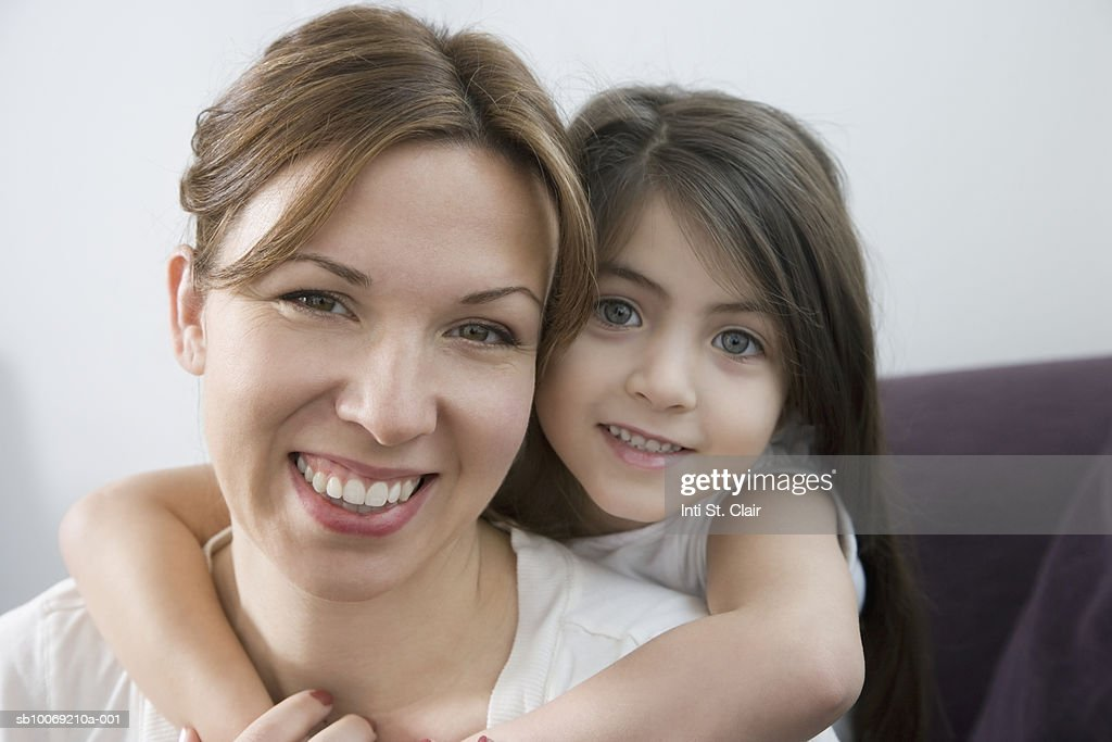 Portrait of mother and daughter (4-5) hugging : Stockfoto