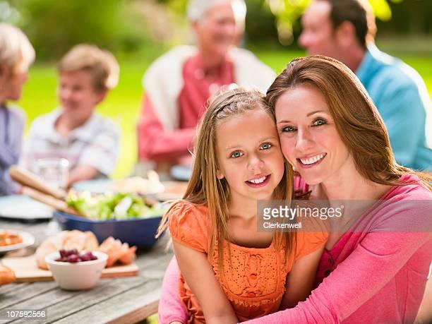Retrato de madre e hija (entre 8 y 9) con la familia