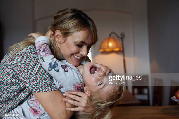 portrait of mother and little daughter at home - grossesse humour photos et images de collection