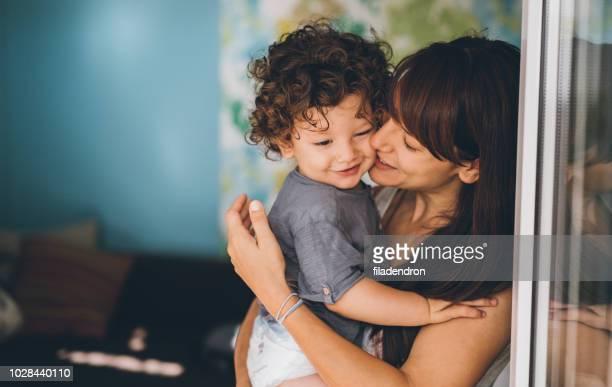 retrato do amor incondicional de mãe e filho - mother - fotografias e filmes do acervo