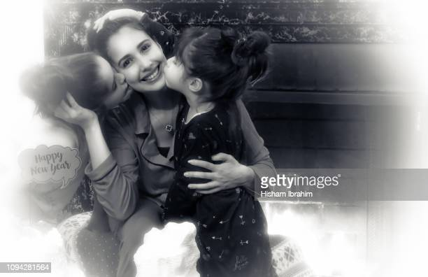 portrait of mother and two daughters 4 years and 6 years old celebrating new year's eve. - 30 34 years fotografías e imágenes de stock