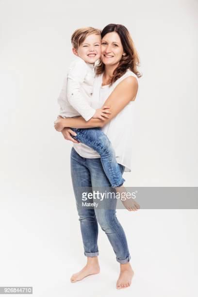 portrait of mother with son - portare foto e immagini stock