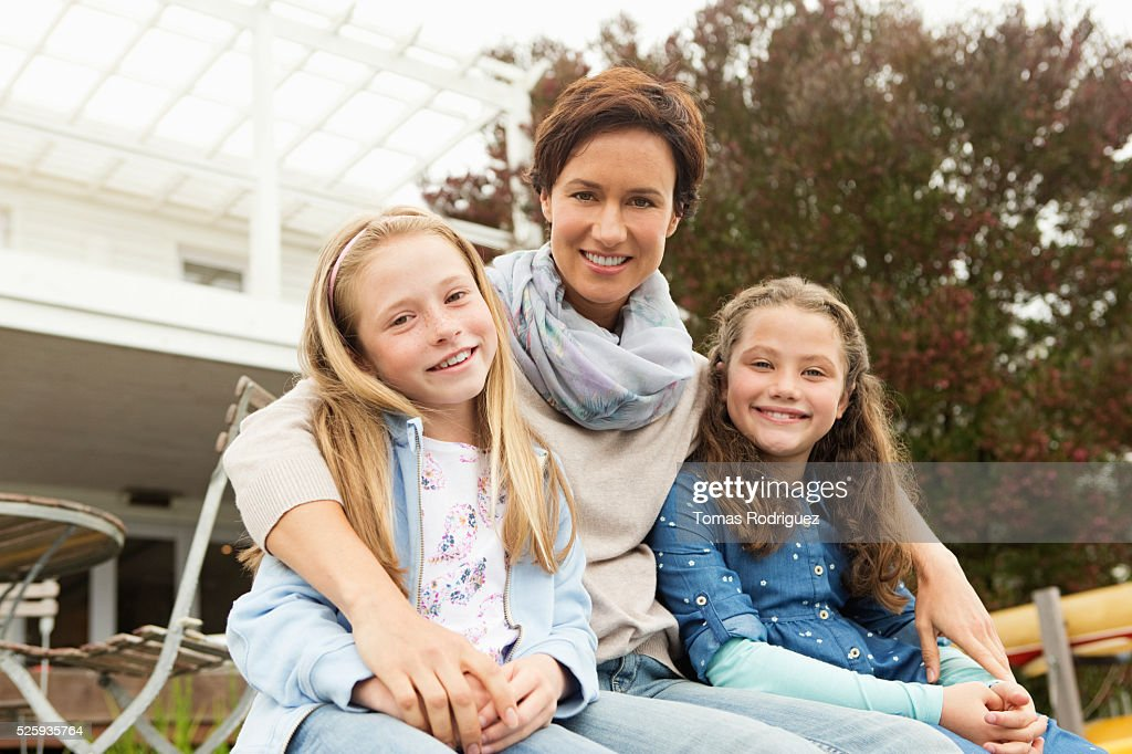 Portrait of mother with two girls (6-7), (8-9) : Foto de stock