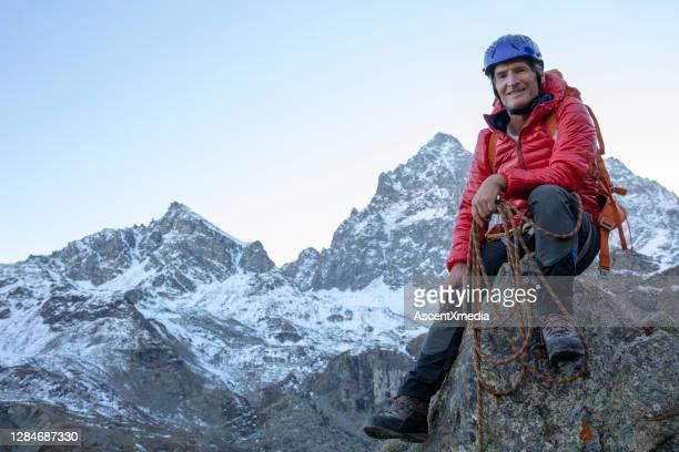 verticale de l'alpiniste sur la crête de crête de montagne - mode de vie actif photos et images de collection