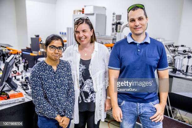 portrait of multi-ethnic group  of researchers in laboratory - stem assunto imagens e fotografias de stock