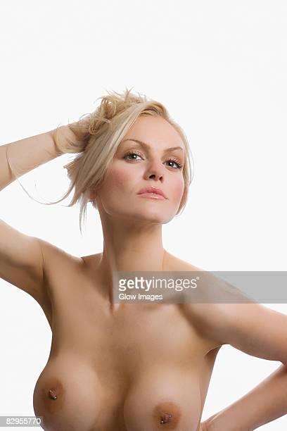 portrait of naked young woman posing - brustwarze stock-fotos und bilder