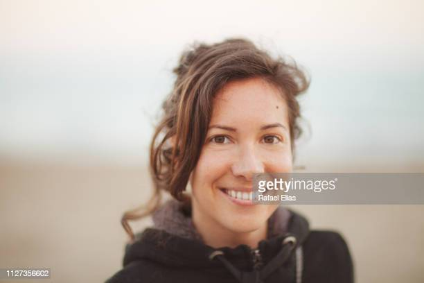 portrait of natural young happy woman - 30 34 anos imagens e fotografias de stock