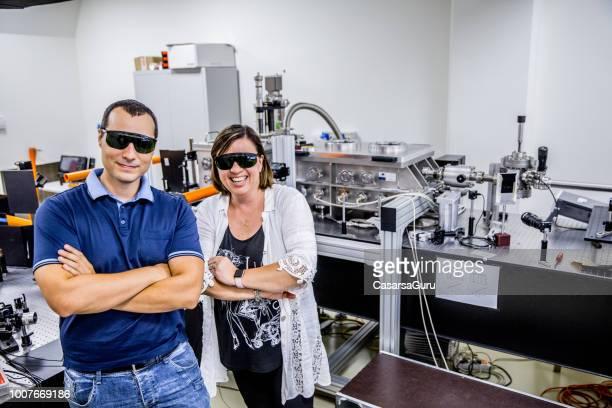 retrato de nuevos investigadores de materiales en laboratorio - equidad de genero fotografías e imágenes de stock