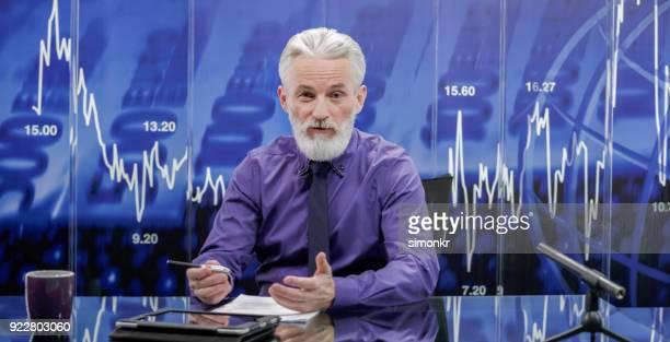 retrato de leitor de notícias no estúdio de televisão - vestido roxo - fotografias e filmes do acervo