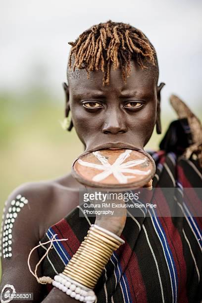 portrait of ngalonyai, mursi tribe, minisha village, omo valley, ethiopia - tribu mursi fotografías e imágenes de stock