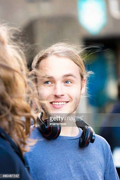 Portrait de dix-neuf ans et un jeune homme souriant parlant