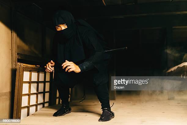 retrato de ninja en japonés tradicional village - ninja fotografías e imágenes de stock