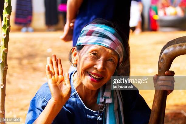 retrato de mulher de fazendeiro sênior tailandês do norte - tradição - fotografias e filmes do acervo
