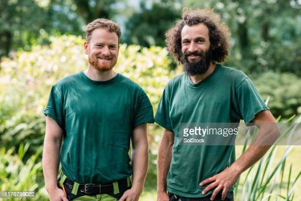 計画と笑顔で立っている2人の庭師の肖像画 - 造園師 ストックフォトと画像