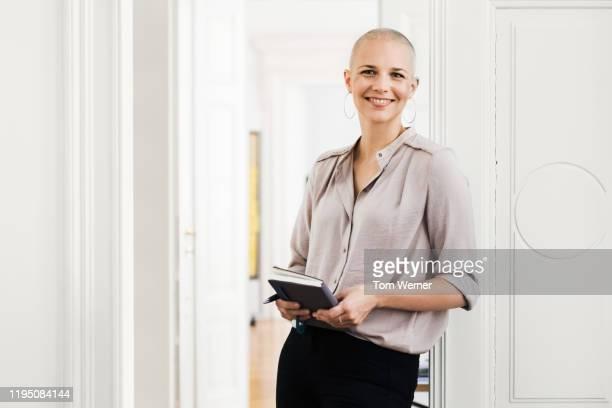 portrait of office employee - glattrasiert frau stock-fotos und bilder