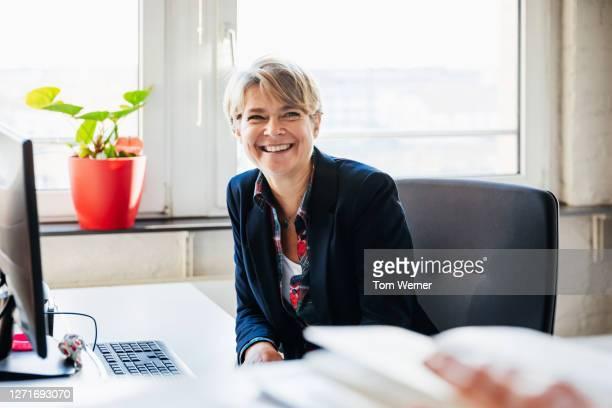 portrait of office manager - finanzen und wirtschaft stock-fotos und bilder