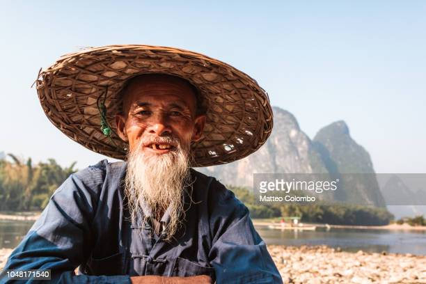portrait of old fisherman on the li river, china - tradition stock pictures, royalty-free photos & images