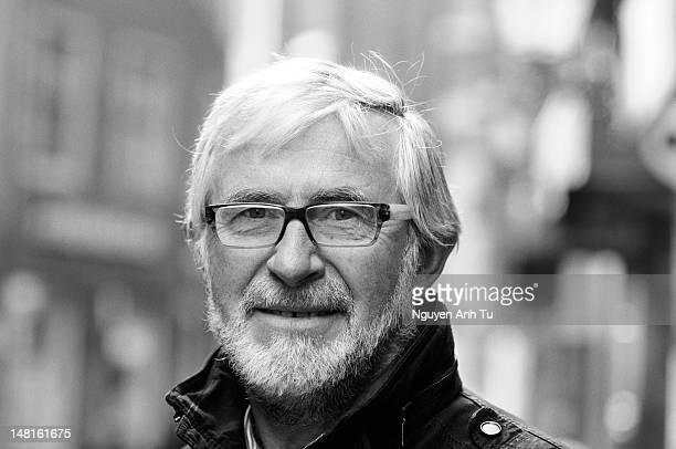 portrait of old man - monochrom stock-fotos und bilder