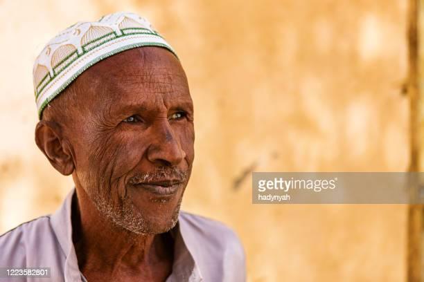 porträt eines alten muslimischen mannes in südägypten - ägypten stock-fotos und bilder