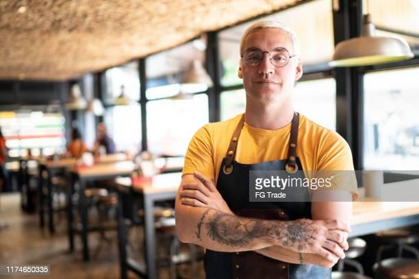 retrato do proprietário/empregado de mesa no restaurante - pequeno - fotografias e filmes do acervo
