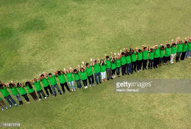 Retrato de pessoas em pé em um verde t-shirts