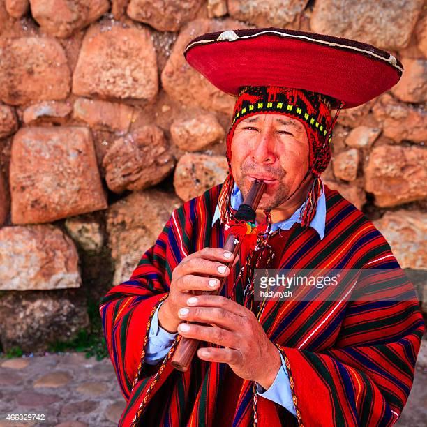 retrato de hombre tocando la flauta peruana, sagrado valley - cultura peruana fotografías e imágenes de stock