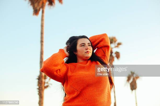 portrait of plus size woman in summer vacation - femme pulpeuse photos et images de collection