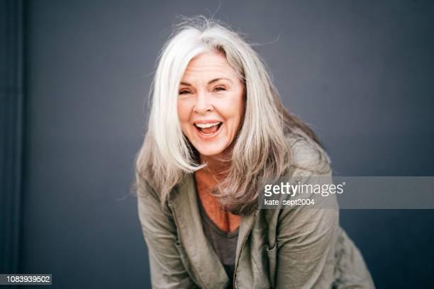 portret van positieve enior vrouw in haar jaren 60 - 60 64 jaar stockfoto's en -beelden