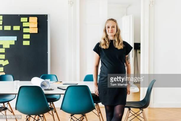 portrait of pregnant office employee - teil einer serie stock-fotos und bilder