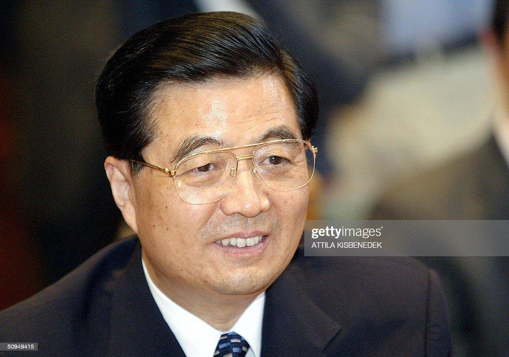 A portrait of President Hu Jintao (L) of : Fotografía de noticias