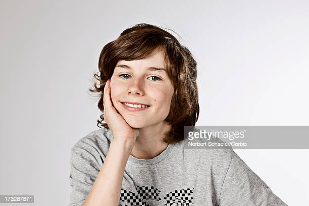 portrait of pre-teen boy (10-12) smiling - 12 13 jaar stockfoto's en -beelden
