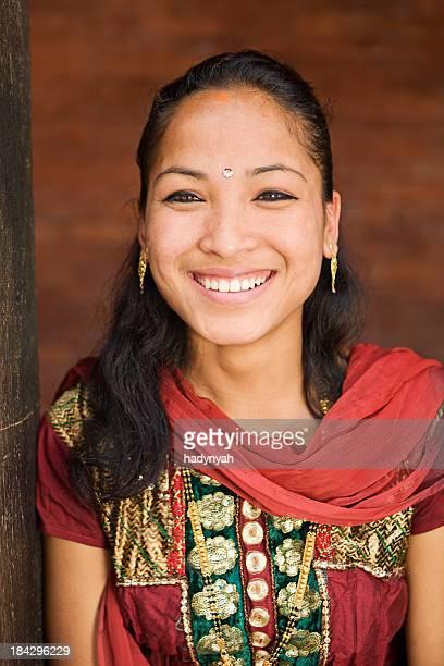 可愛らしいネパールの少女のポートレート。 バクタプルます。