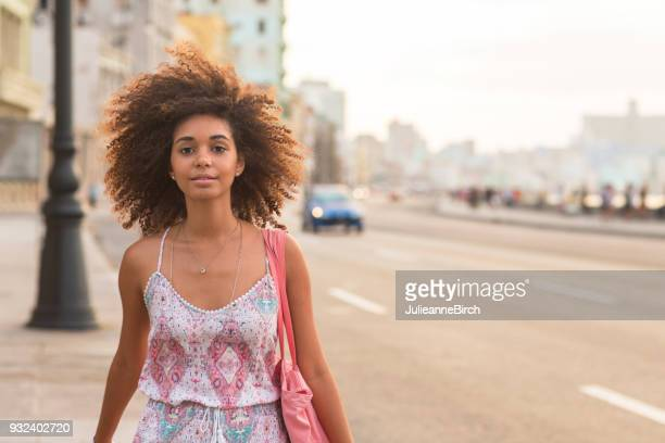 マレコン、夕暮れ時にハバナを歩いてかなり若い女性の肖像画
