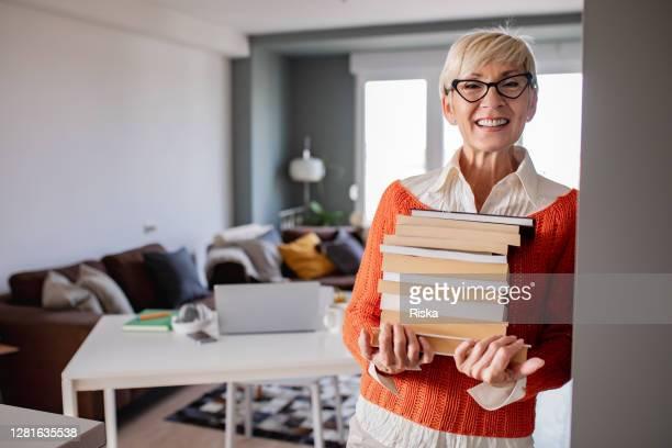 porträt des professors zu hause, mit büchern - schulbedarf stock-fotos und bilder