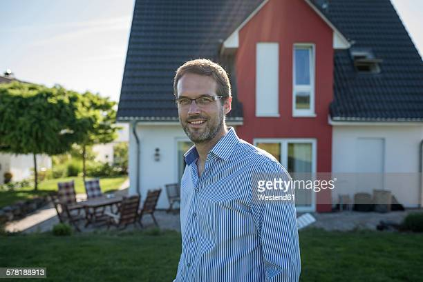 portrait of proud houes owner - sorriso aberto imagens e fotografias de stock