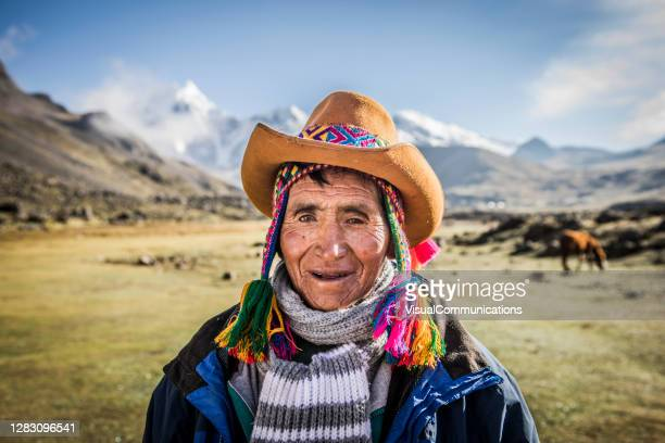 retrato del hombre quechua con sombrero traditinal. - paisajes de peru fotografías e imágenes de stock