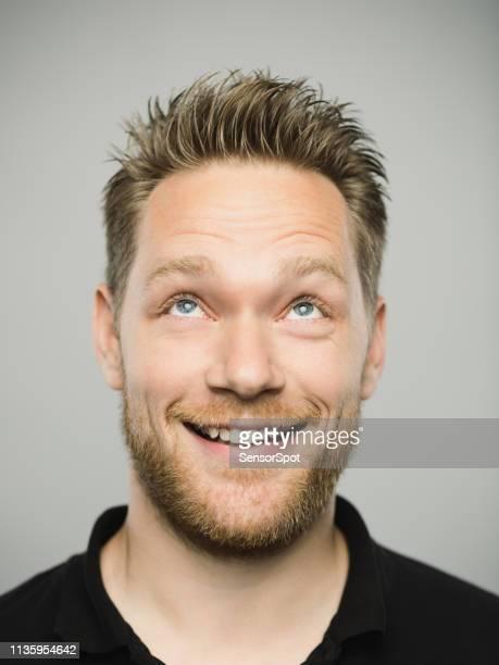 retrato do homem caucasiano real com a expressão excited que olha acima - olhos azuis - fotografias e filmes do acervo