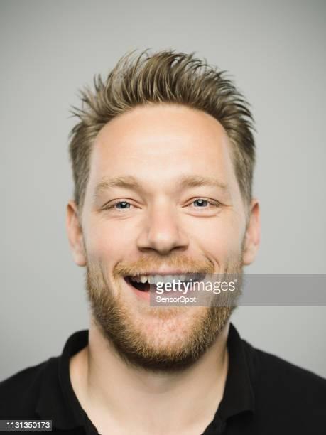 portrait de vrai homme caucasien avec l'expression excitée - coiffure punk photos et images de collection
