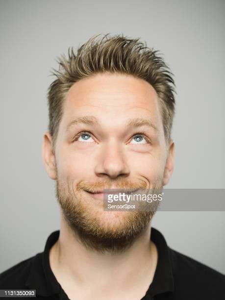 portret van de echte kaukasische man met vrolijke expressie opzoeken - real people stockfoto's en -beelden