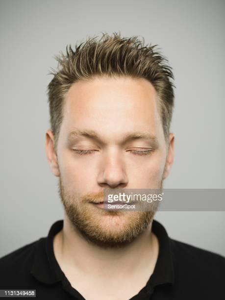 portret van de echte kaukasische man met ontspannen expressie en ogen gesloten - met de ogen dicht stockfoto's en -beelden