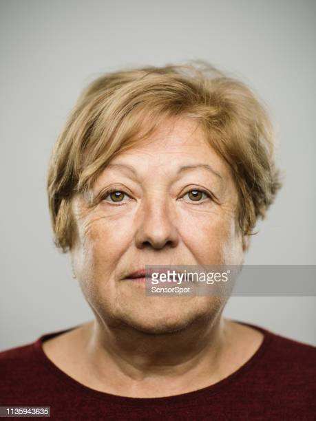 portrait de la vraie femme adulte mature caucasienne avec l'expression blanche - mugshot photos et images de collection