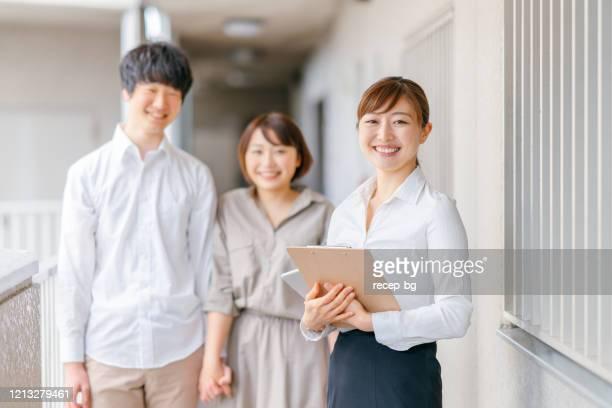 不動産業者と顧客の肖像 - 賃貸借 ストックフォトと画像