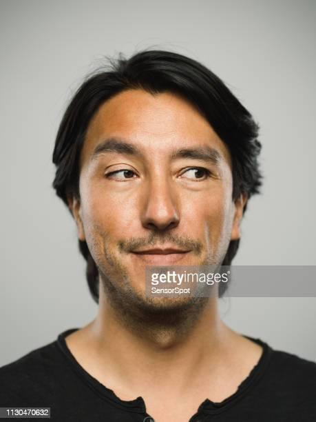 portret van echte spaanse man met lege expressie op zoek naar de kant - bruine ogen stockfoto's en -beelden