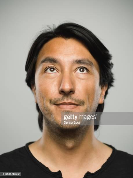 portret van echte spaanse man met lege expressie opzoeken - bruine ogen stockfoto's en -beelden