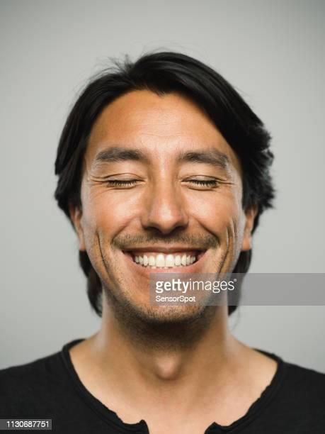 portret van echte spaanse man met de ogen gesloten en gelukkig expressie - met de ogen dicht stockfoto's en -beelden