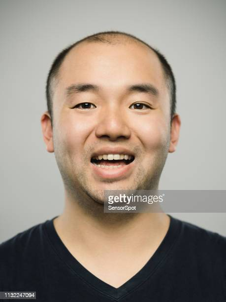 興奮した表情を持つ本当の若い大人の中国人男性の肖像 - ヘアロス ストックフォトと画像